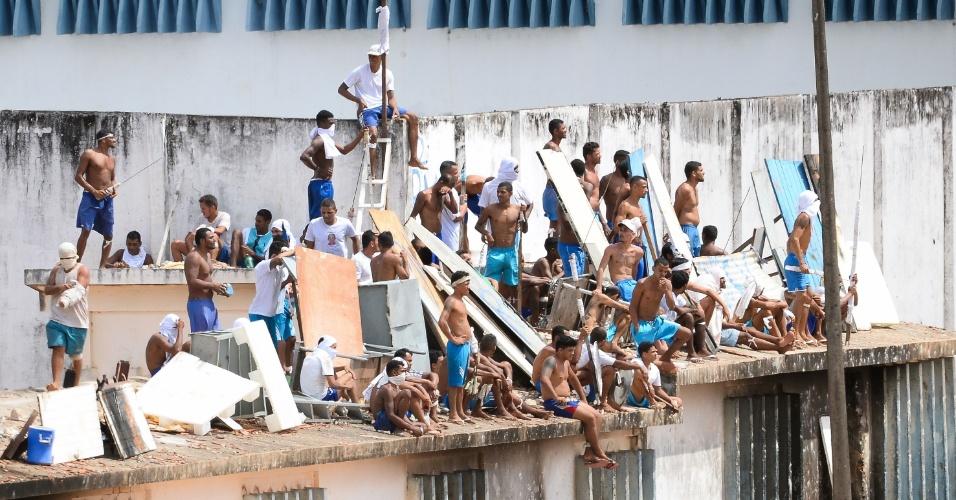 16.jan.2017 - Em novo motim, presos sobem nos telhados do no presídio de Alcaçuz, região metropolitana de Natal (RN)