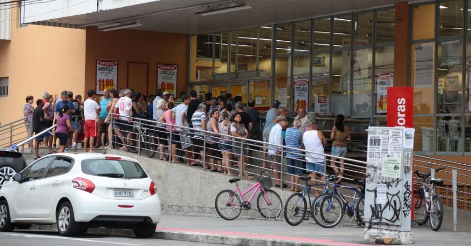 9.fev.2017 - Moradores do bairro Jardim Camburi, em Vitória, fazem fila antes mesmo da abertura do supermercado. Com medo de sair às ruas, população capixaba está fazendo de alimentos