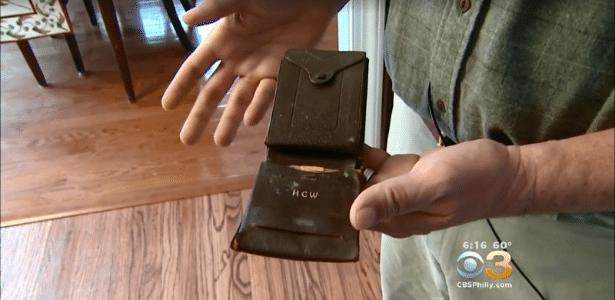 Adam Weber mostra a carteira do seu pai