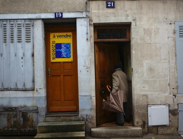 "Porta com placa de ""Vende-se"", em Joinville, na França - Pierre Terdjman/The New York Times"