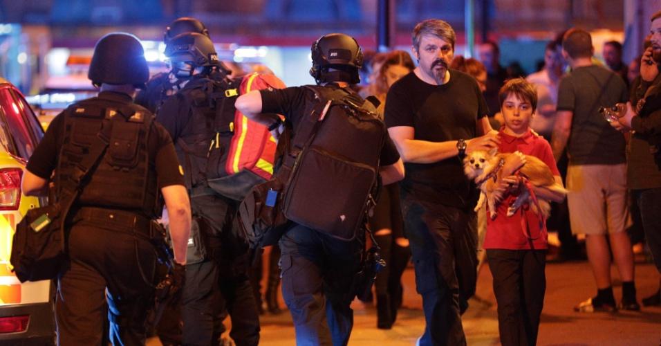 22.mai.2017 - Policiais vigiam a saída da Manchester Arena após a explosão