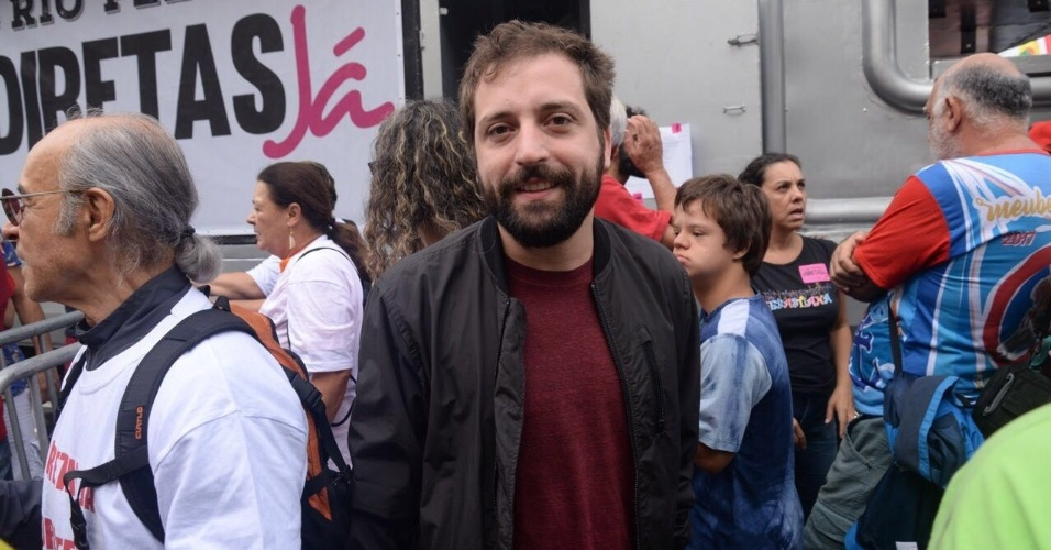 28.mai.2017 - O ator Gregório Duvivier compareceu ao evento na orla para pedir a saída do presidente Michel Temer (PMDB)