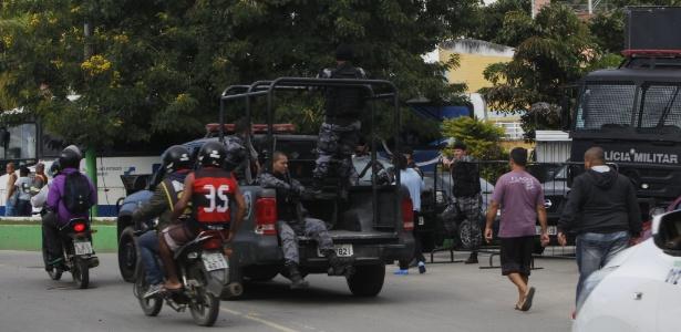 Policiais cumprem mandados de prisão e de busca e apreensão na Operação Estado Paralelo, em Japeri (RJ)