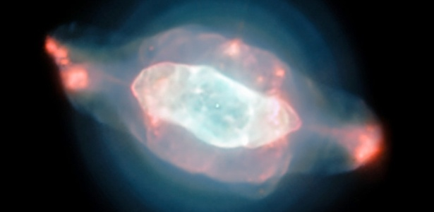 Imagem captura bolhas iluminadas em tons de azul e rosa na nebulosa Saturno