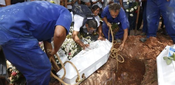 Enterro das meninas Adrielly Mel Severo e Beatriz Moreira dos Santos, encontradas mortas no dia 12 de outubro, em São Paulo