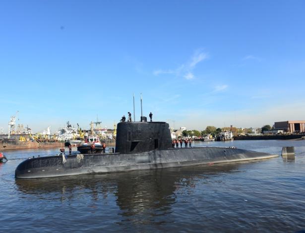 Foto tirada em 2014 mostra o submarino ARA San Juan deixando o porto de Buenos Aires