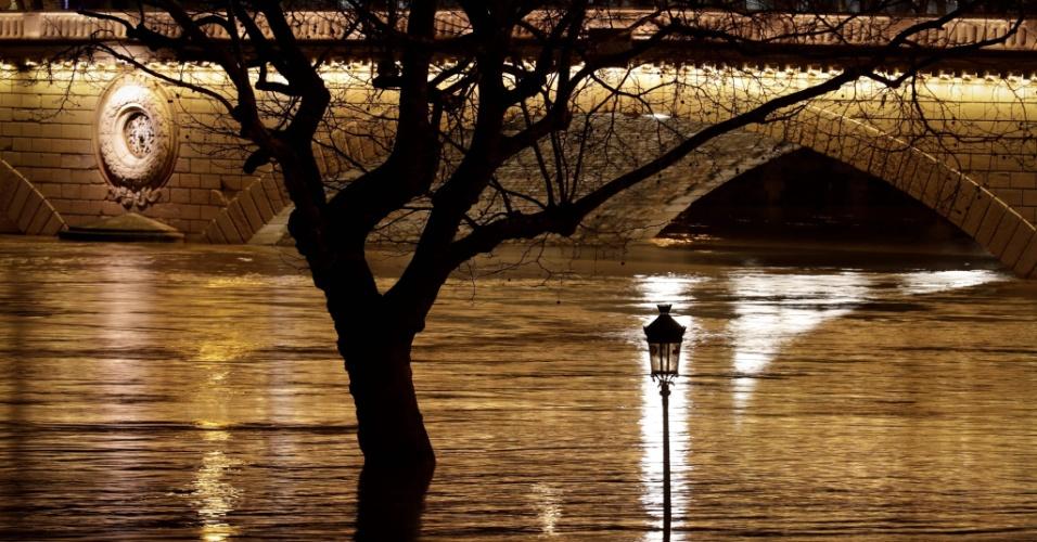 23.jan.2018 - Margens do Sena inundam após fortes chuvas em Paris, na França