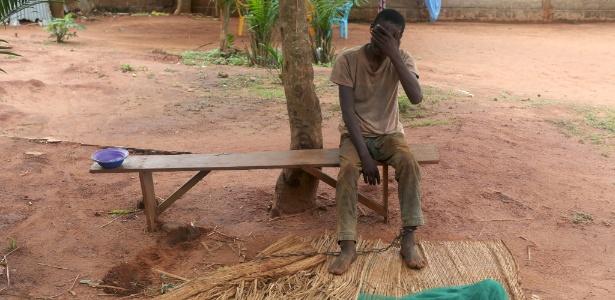 Komi Gbete, que sofre de uma desordem mental, é acorrentado pelo tornozelo em retiro na África Ocidental
