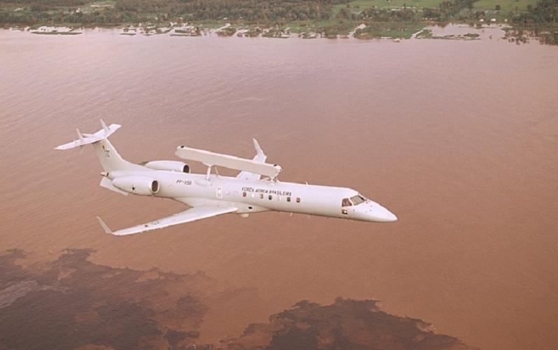 Jato comercial EMB-145, da Embraer
