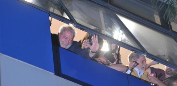 Ex presidente Lula acena de janela no Sindicato dos Metalúrgicos em São Bernardo