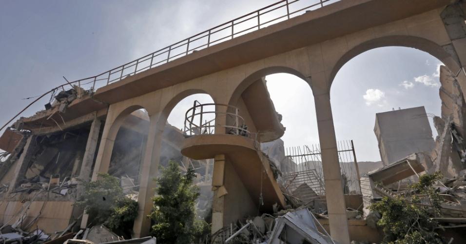 14.abr.2018 - O governo de Bashar Al Assad levou jornalistas sediados em Damasco para um tour pela capital na Síria na manhã deste sábado (14). Os escombros fazem parte do Centro de Pesquisas e Estudos Científicos no distrito de Barzeh, no norte da cidade, um dos alvos atacados pela coalização liderada pelos EUA