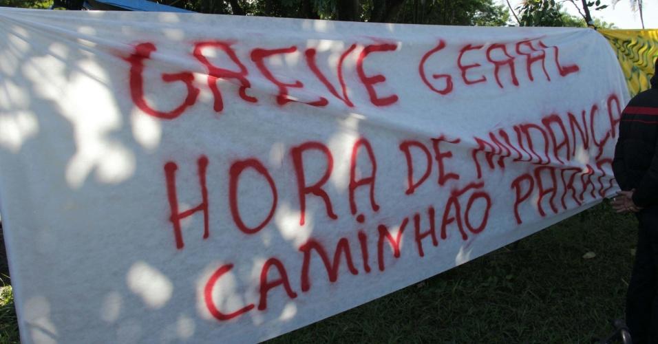 21.mai.2018 - Caminhoneiros protestam contra o aumento no preço do combustível e o baixo valor do frete em Santos (SP); manifestantes se concentra no viaduto da Alemoa, um dos acessos ao Porto de Santos