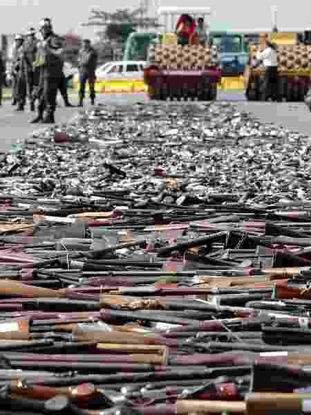 9.dez.2004 - Cerimônia de destruição de cerca de 10 mil armas de fogo recolhidas pela Campanha do Desarmamento, em Brasília - Sérgio Lima/Folhapress - 9.dez.2004 - Sérgio Lima/Folhapress - 9.dez.2004