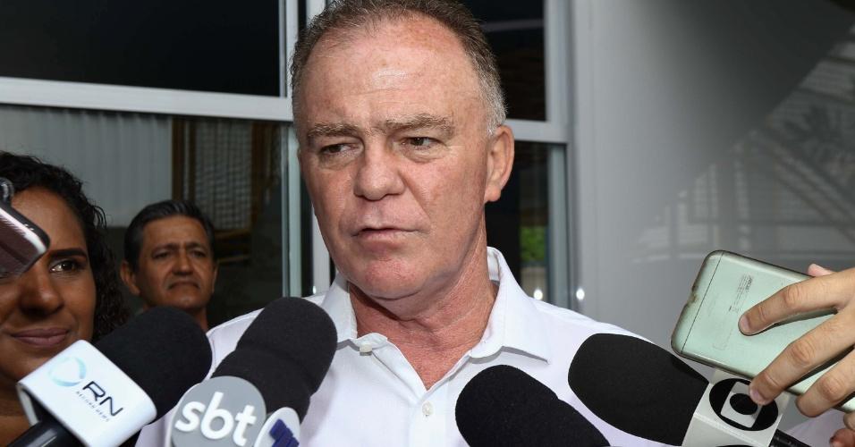 O candidato a governador do Espírito Santo, Renato Casagrande (PSB), vota em seção do Colégio São Domingos em Vitória (ES)