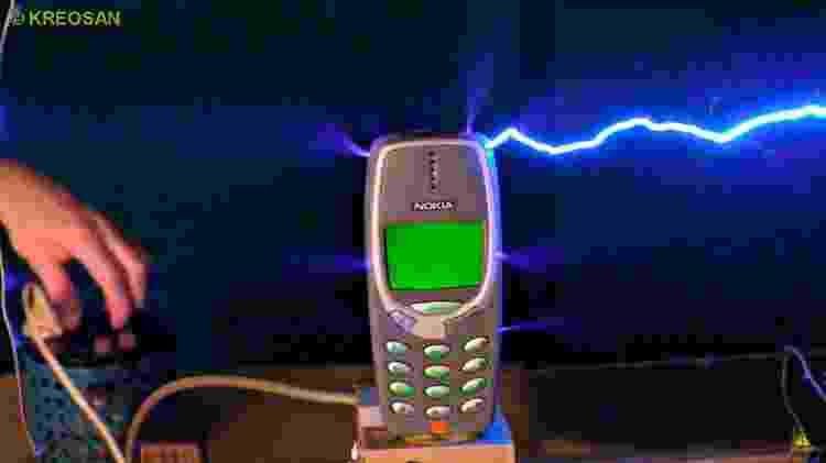 2 - Isso é o que acontece ao carregar um Nokia 3310 com 1 milhão de volts - Reprodução/Kereosan - Reprodução/Kereosan