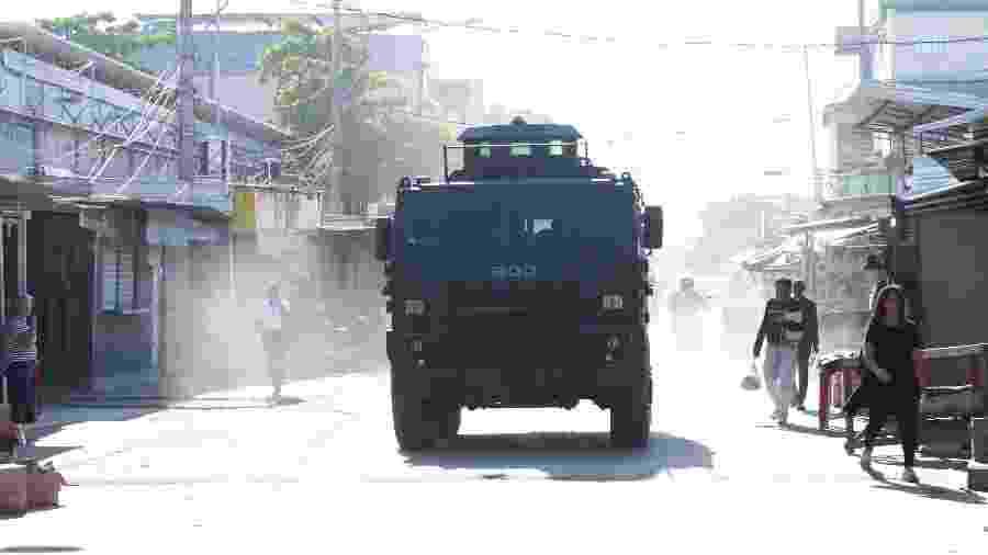 12.jun.2019 - PM usa blindados durante operação no Complexo da Maré - José Lucena/ Futura Press/ Estadão Conteúdo