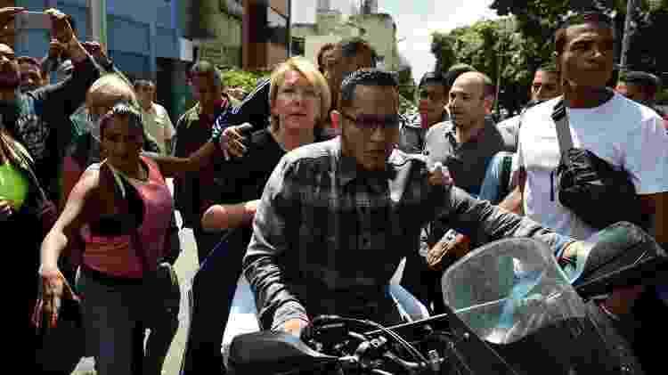 Luisa Ortega deixa o MP venezuelano de motocicleta após ser destituída por Maduro em 2017 - Ronaldo Schemidt/AFP