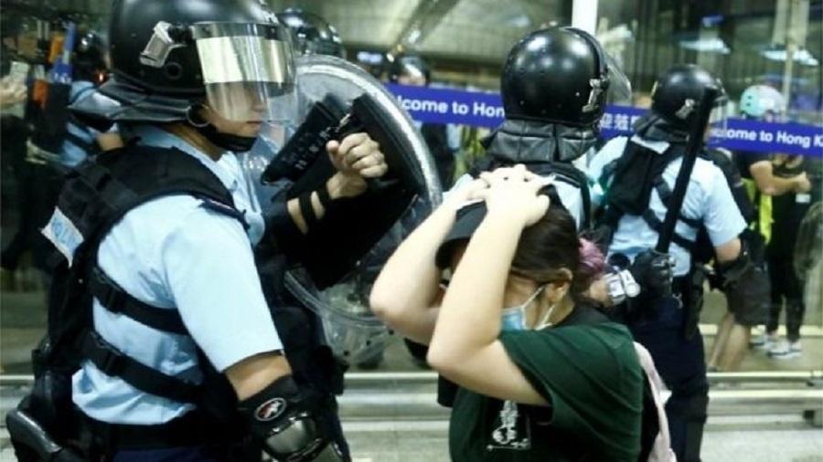 Nesta terça-feira, policiais reprimiram manifestantes no aeroporto de Hong Kong - Reuters