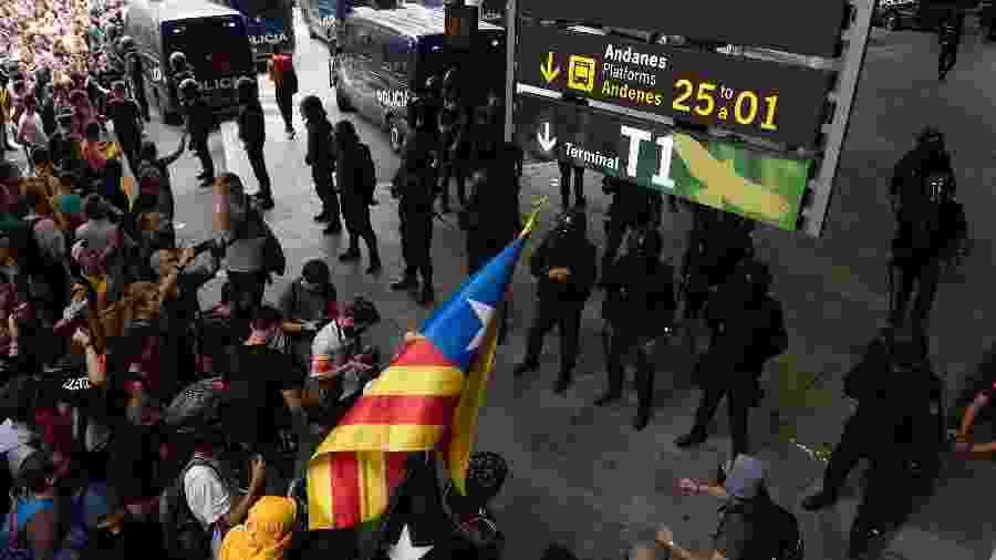 14.out.2019 - Manifestantes interrompem aeroporto de El Prat, em Barcelona, após condenação de independentistas a 13 anos de prisão - Josep Lago / AFP