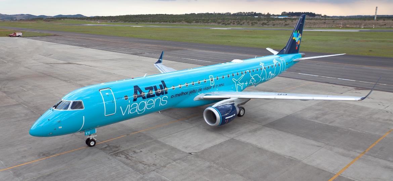 O Embraer 195 foi pintado de azul-claro para reforçar a exposição de marca da agência de viagem da companhia aérea - Divulgação