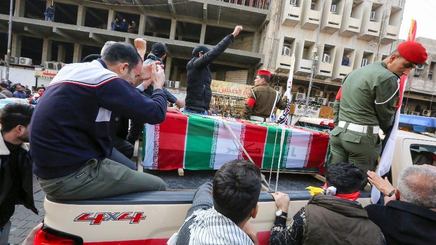 Procissão em homenagem a Soleimani levou iraquianos às ruas neste sábado - SABAH ARAR/AFP