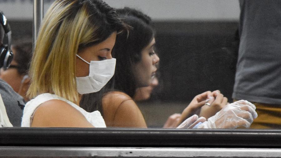 Coronavírus: mulher usando mascara e luva no metrô de São Paulo - Roberto Casimiro/Fotoarena/Estadão Conteúdo