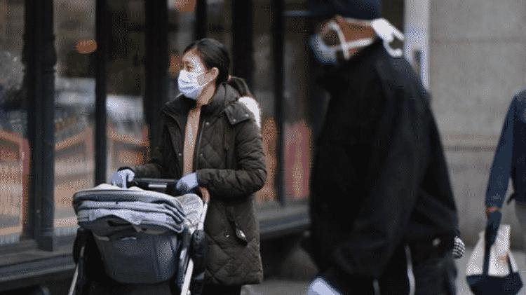 O prefeito de Nova York, Bill de Blasio, pediu aos moradores que cubram o rosto quando estiverem fora de casa - Getty Images - Getty Images