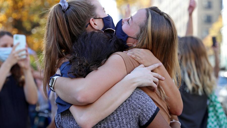 No mês passado, o órgão já havia recomendado a dispensa da proteção facial em pequenas reuniões ao ar livre para aqueles que completaram o esquema vacinal - Caitlin Ochs/Reuters