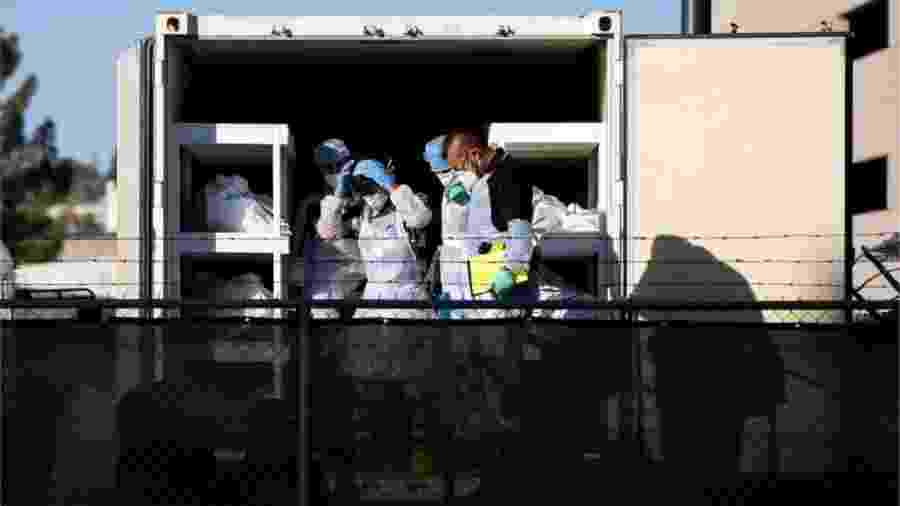 Prisioneiros têm trabalhado no necrotério local - Reuters via BBC