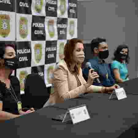 Chefe da Polícia Civil gaúcha, delegada Nadine Anflor (com microfone em mãos), confirmou prisão temporária de fiscal do Carrefour - Rodrigo Cachoeira/Polícia Civil/Divulgação - Rodrigo Cachoeira/Polícia Civil/Divulgação