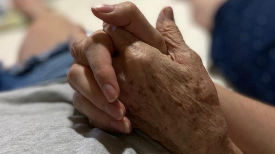 Em foto de 2019, Ananda Portela segura a mão da avó, internada com covid-19 - Acervo Pessoal