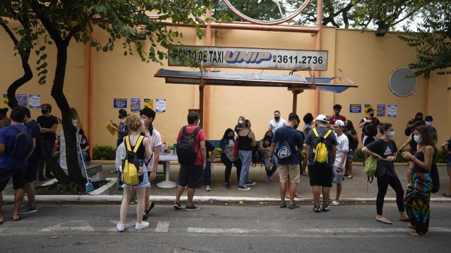 24.jan.2021 - Movimentação em frente a uma das unidades da Unip, em São Paulo, antes do início da prova do Enem 2020 - André Porto/UOL