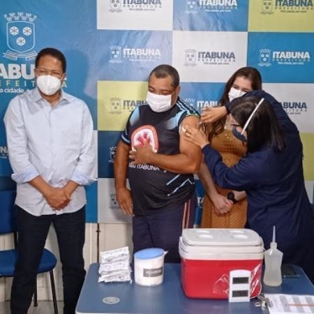 Rogério Araújo de Oliveira é vacinado contra covid-19 em Itabuna (BA) - Arquivo pessoal
