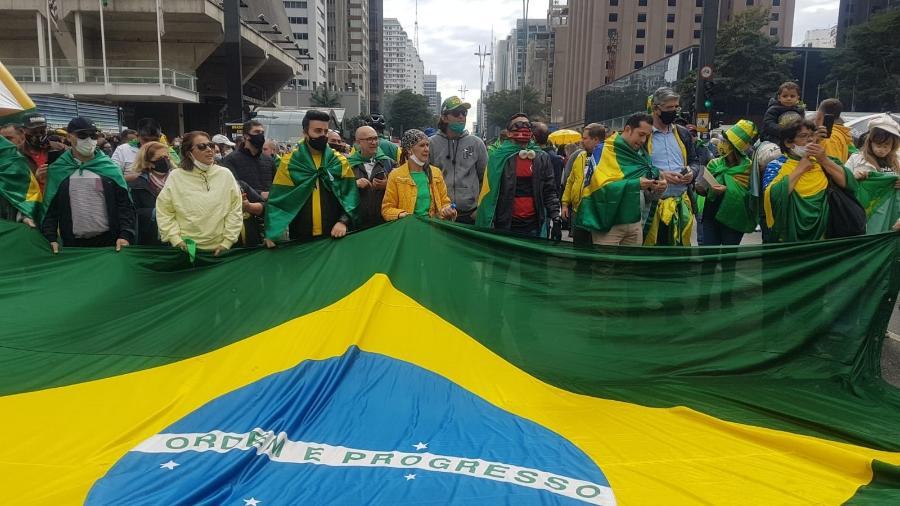 Manifestantes pró-governo e a favor do voto impresso já estão na Avenida Paulista esperando o discurso do presidente Jair Bolsonaro. Um telão está montado no local - José Dacau/UOL