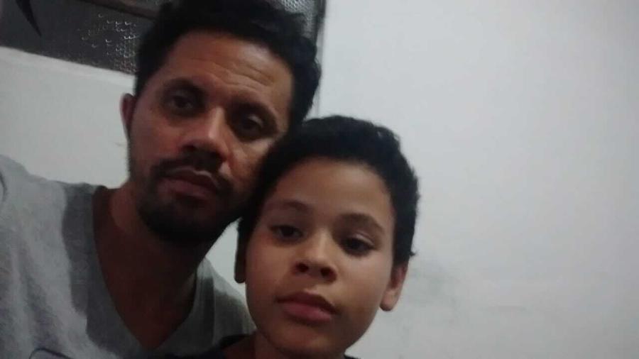 """Ataildes e o filho Yan, que ficou 11 horas """"desaparecido"""" dentro de sofá-cama - Arquivo pessoal"""