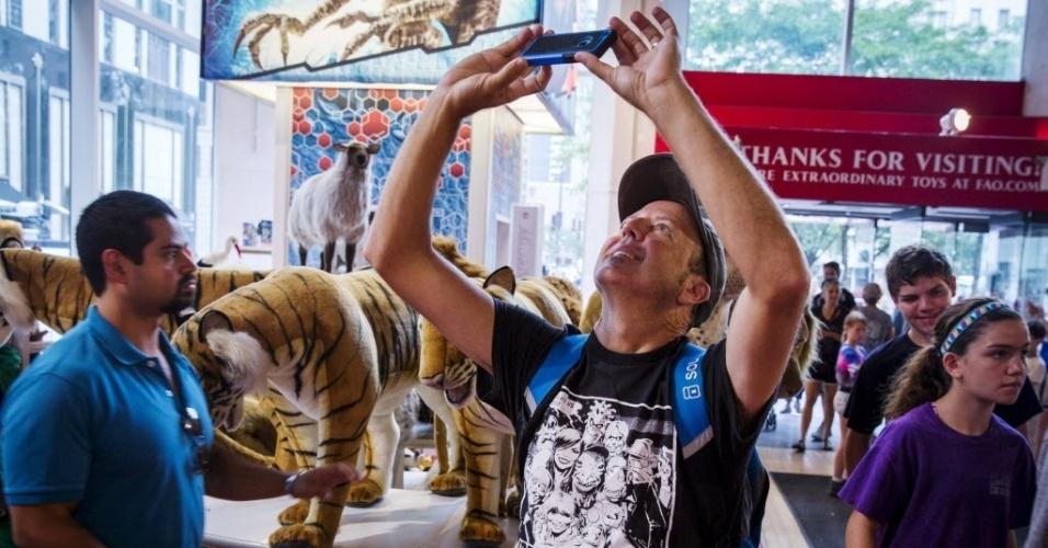15.jul.2015 - Homem tira fotos dentro da tradicional loja de brinquedos FAO Schwarz, que fica na Quinta avenida, em Nova York (EUA), nesta quarta-feira (15), no seu último dia de funcionamento. A FAO Schwarz já teve vários endereços na