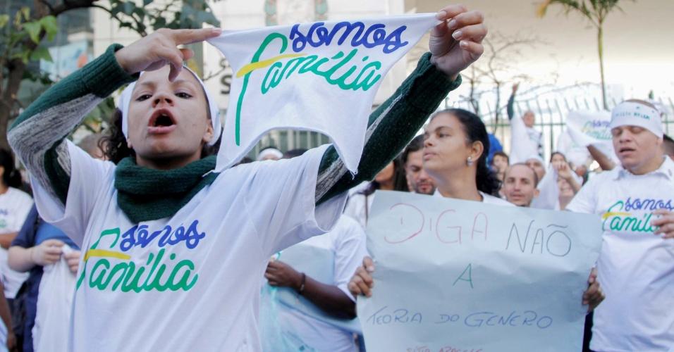 SP - PROTESTO/INCLUSÃO IDENTIDADES GÊNERO/CÂMARA MUNICIPAL - GERAL - Manifestantes contrários e a favor da inclusão das identidades de gênero (LGBT) à PME ( Plano Municipal da Educação ) que será votada na tarde desta terça-feira (11), protestam em frente à Câmara Municipal de São Paulo (SP). 11/08/2015 - Foto:
