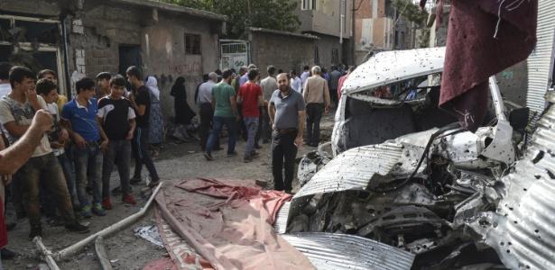 Cidadãos observam danos em áreas de Cizre, em setembro de 2015, após ataques durante toque de recolher na cidade - Ilyas Akengin/AFP
