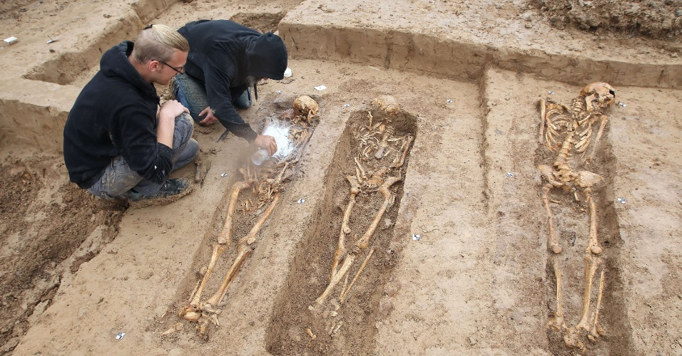 17.set.2015 - 17.set.2015 - Esqueletos de soldados do grande exército de Napoleão são descobertos por arqueólogos em um canteiro de obras em Frankfurt, na Alemanha. Os restos mortais fazem parte da tropa de 200 mil soldados do Exército napoleônico mortos em 1813, durante o caminho de volta à Europa, após serem derrotados na Rússia