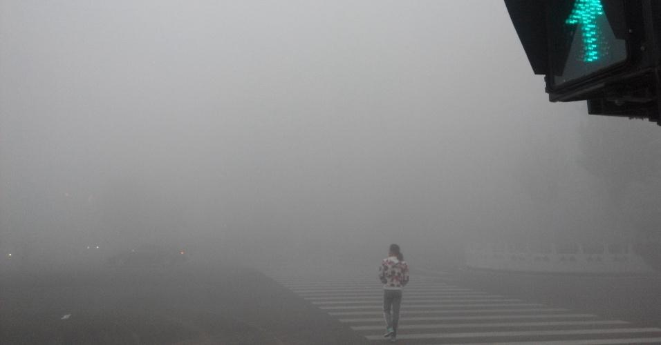 6.out.2015 - Mulher cruza a rua em meio a nevoeiro em Pingquan, na China. O Observatório Meteorológico do país emitiu alerta sobre a poluição do ar na capital Pequim e regiões próximas
