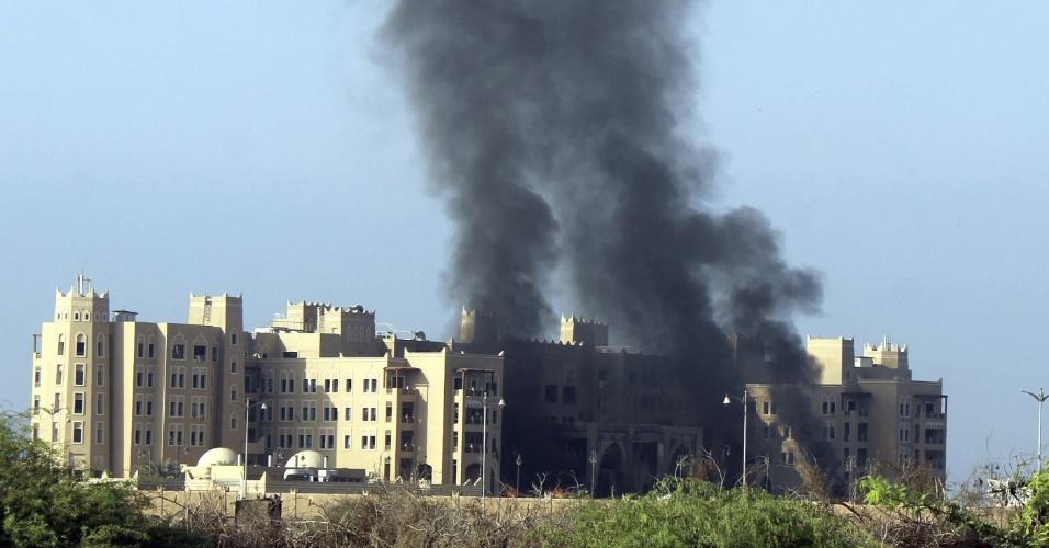 6.out.2015 - O hotel Al-Qasr, na cidade de Aden (Iêmen), foi alvo de um ataque com mísseis que tinha como alvo o vice-presidente e primeiro-ministro do país, Khaled Bahah. Ele e outros membros do governo estavam no hotel, que serve como sede provisória do Executivo, e saíram ilesos do ataque, que aparentemente causou vítimas entre as forças de segurança presentes no local