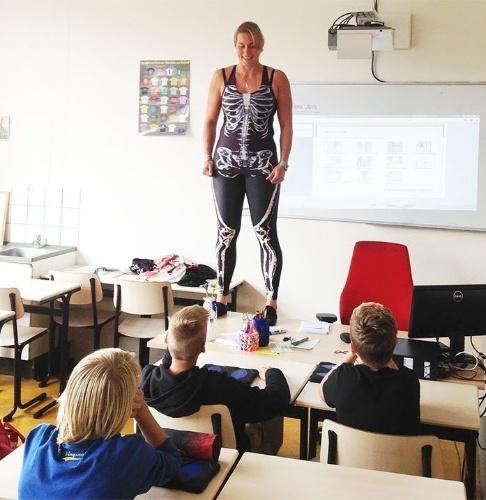 A professora Debby Heerkens surpreendeu os seus alunos na Holanda. Para ensinar anatomia, ela decidiu usar uma roupa especial para explicar onde ficam e como funcionam os sistemas do corpo humano