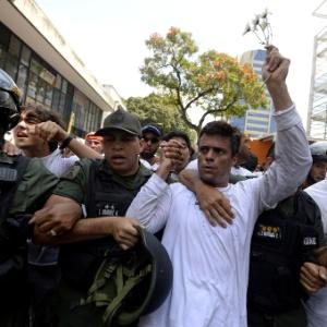 López foi condenado a 14 anos de prisão em 2015 por incitação à violência nos protestos que pediam a renúncia do presidente Maduro, em 2014, e que deixaram 43 mortos