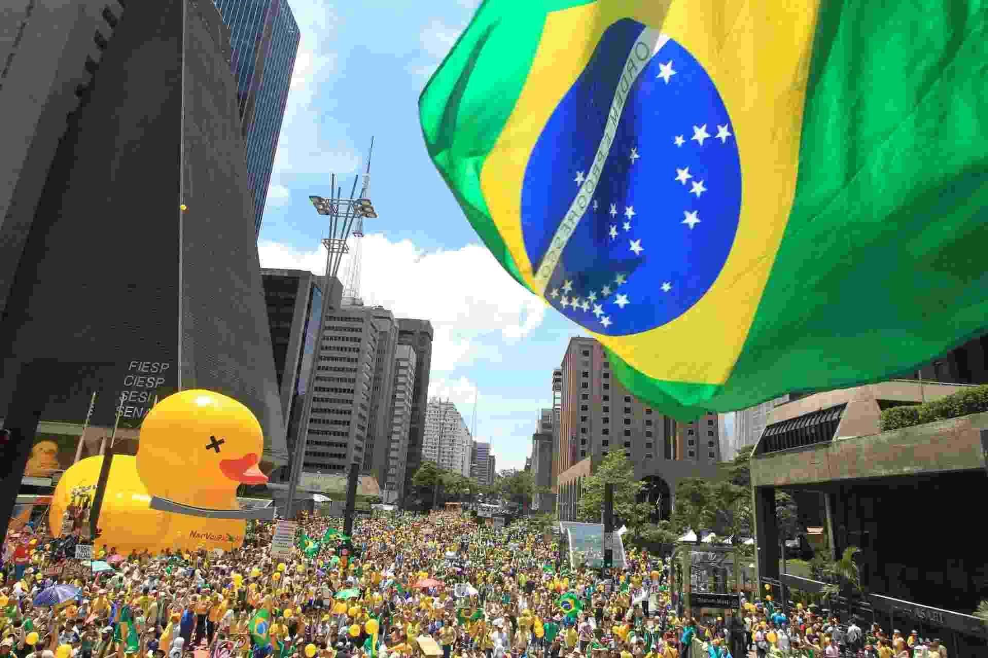 13.dez.2015 - Manifestantes realizam ato pelo impeachment da presidente Dilma Rousseff, na avenida Paulista, em São Paulo - Werther Santana/Estadão Conteúdo