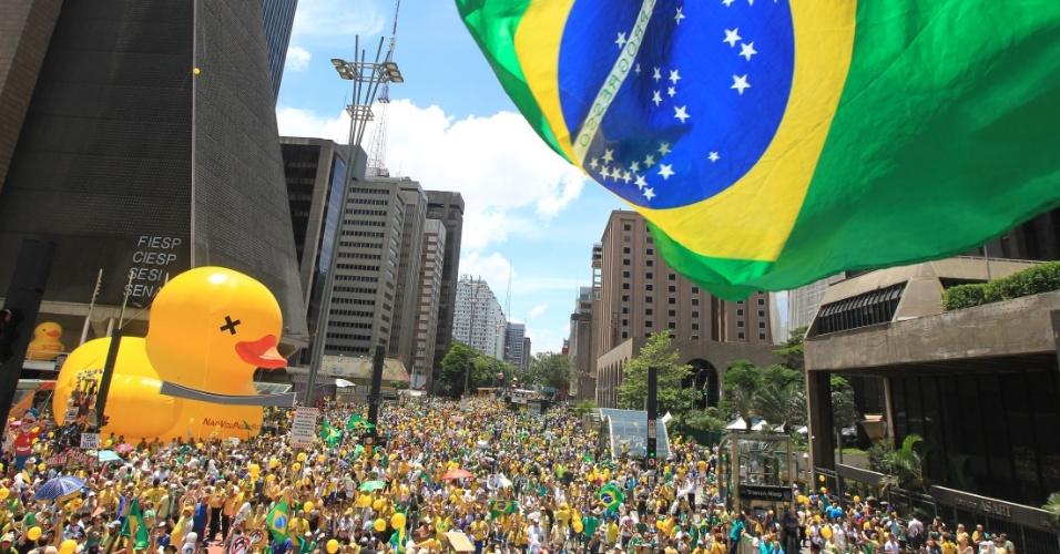 13.dez.2015 - Manifestantes realizam ato pelo impeachment da presidente Dilma Rousseff, na avenida Paulista, em São Paulo