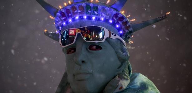 Homem fantasiado como Estátua da Liberdade durante nevasca na Times Square