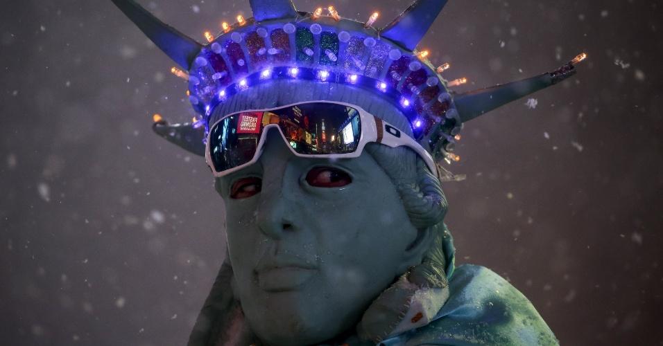 24.jan.2016 - Homem se fantasia como Estátua da Liberdade durante nevasca em Times Square, em Nova York