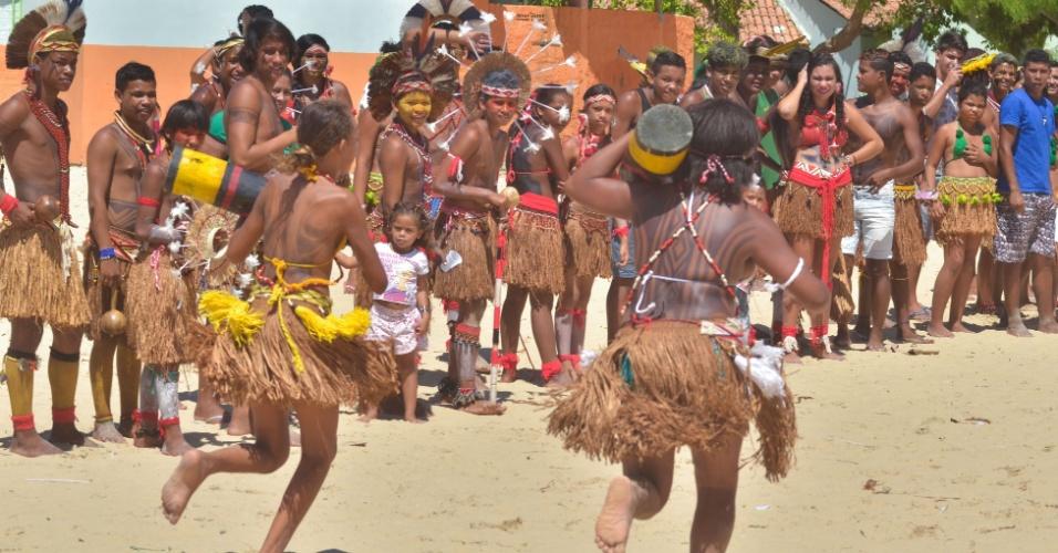 18.abr.2016 - Jogos Indígenas acontecem na praia de Coroa Vermelha, em Santa Cruz Cabrália, no sul da Bahia