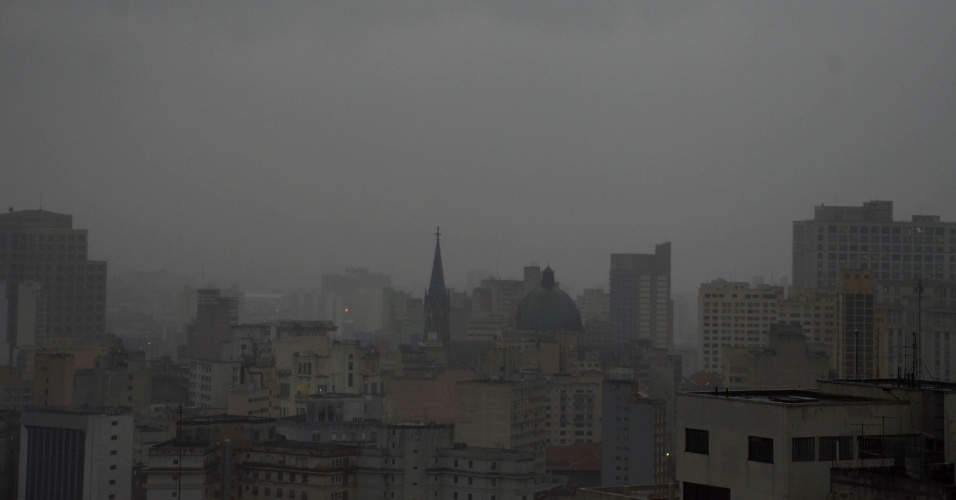 27.abr.2016 - Amanhecer com chuva visto do centro de São Paulo