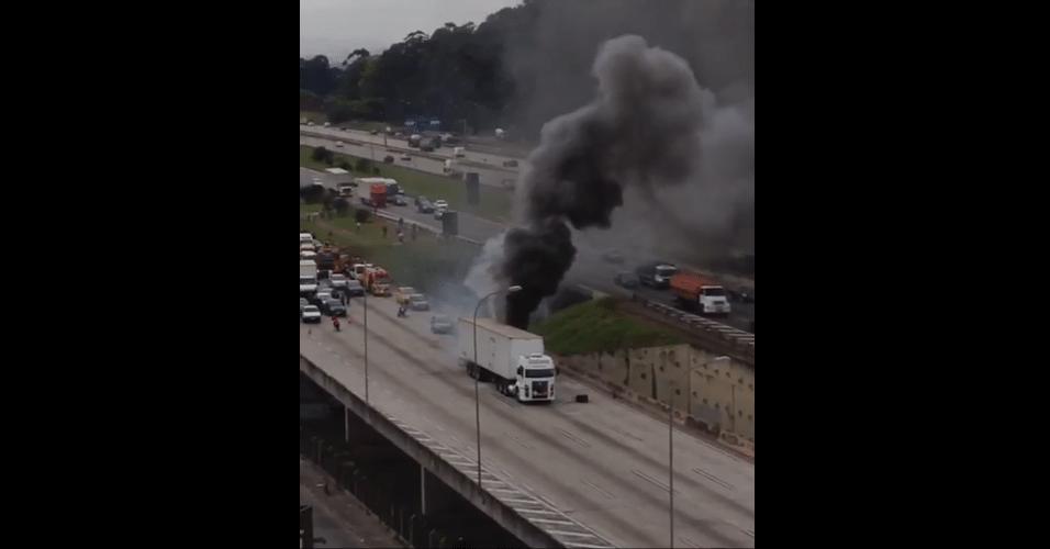 10.mai.2016 - Um caminhão pegou fogo e bloqueou a pista lateral no km 23 da rodovia Castello Branco, sentido interior, em São Paulo, na manhã desta terça-feira. A pista foi liberada por volta das 10 horas. Não há informações de vítimas ou das causas do incêndio